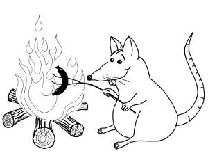Maus, die ein Würstchen auf einem Stock in ein Lagerfeuer hält
